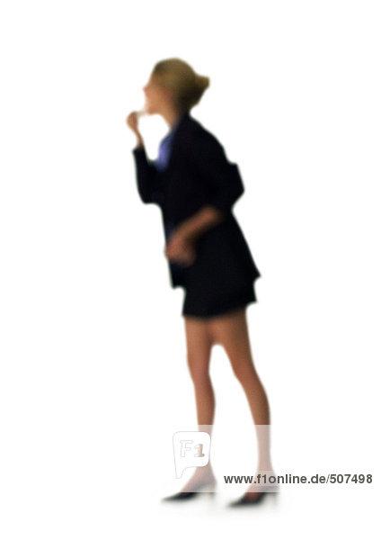 Silhouette der Frau auf Lippenstift  auf weißem Hintergrund  defokussiert