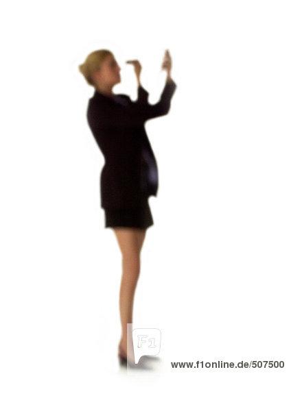 Silhouette der Frau beim Schminken  auf weißem Hintergrund  defokussiert