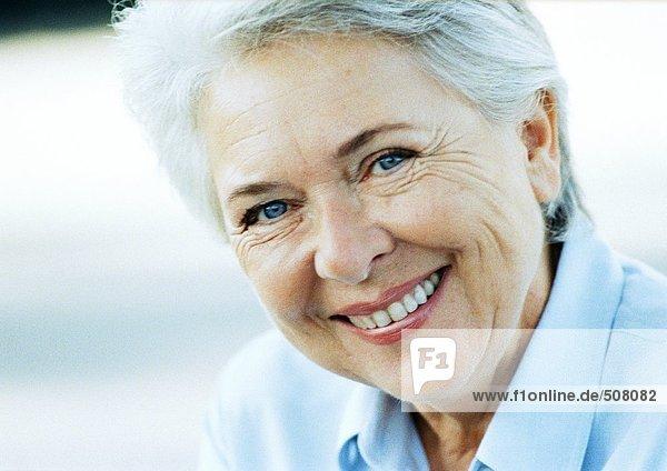 Reife Frau lächelnd  Nahaufnahme  Portrait