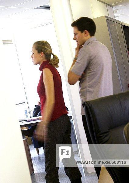 Mann und Frau beim Betreten eines Raumes