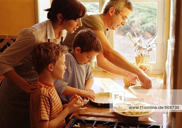 Familie bereitet einen Kuchen vor