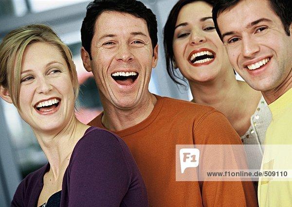 Vier Menschen lächeln  Porträt