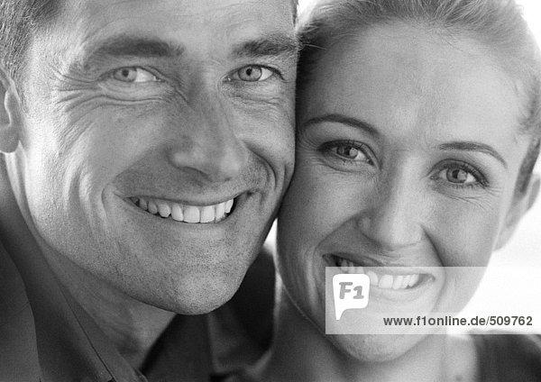 Paar lächelt in die Kamera  Portrait