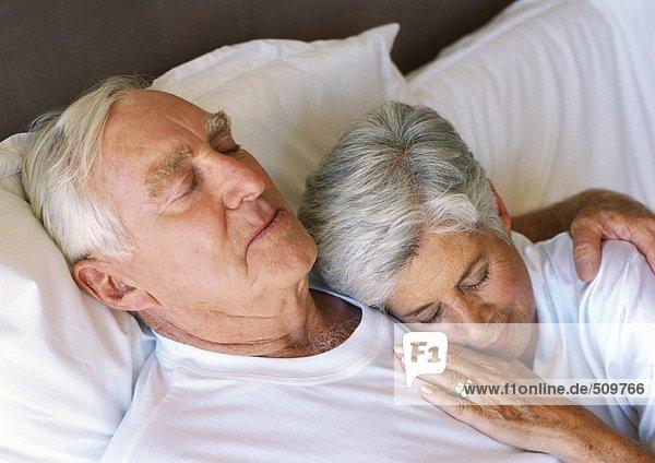 Seniorenpaar schläft im Bett  Nahaufnahme