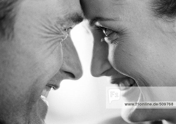 Paar lächelnd von Angesicht zu Angesicht  Nahaufnahme