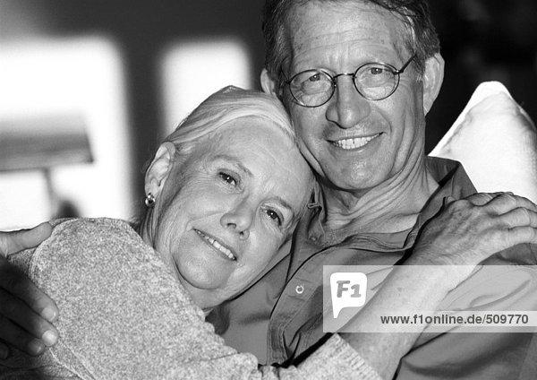 Reife Paarumarmung  Portrait
