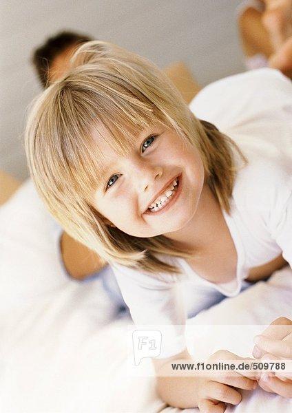 Kleines Mädchen lächelt vor der Kamera  Porträt