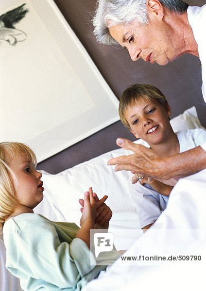 Großmutter und Kinder im Bett