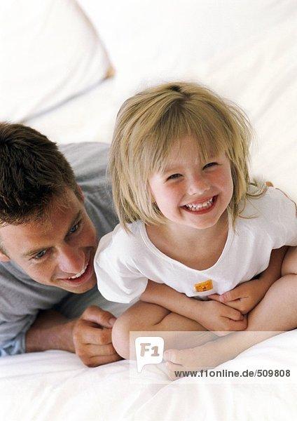Vater und Tochter lächeln  Nahaufnahme