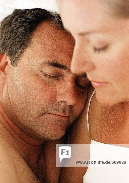 Paar schlafend  Männerkopf auf der Schulter der Frau ruhend  Nahaufnahme