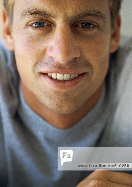 Mann schaut in die Kamera  lächelnd  Nahaufnahme  Portrait
