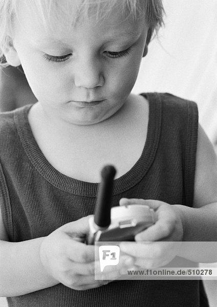 Kind schaut auf Telefon  Nahaufnahme  s/w