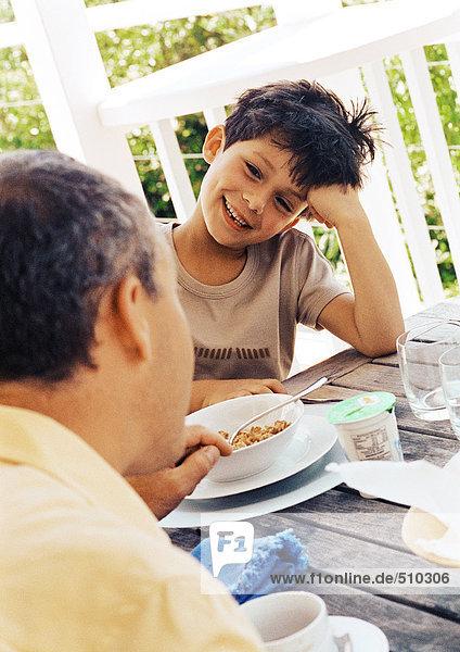 Vater und Sohn bei Tisch  Nahaufnahme