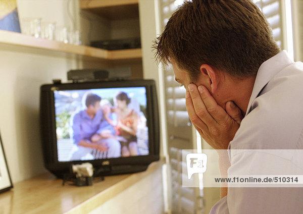 Mann beim Fernsehen  Rückansicht