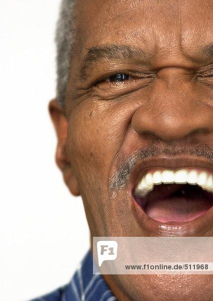Älterer Mann lacht  Teilansicht  Nahaufnahme