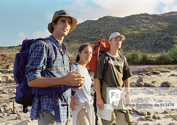 Drei junge Leute beim Wandern