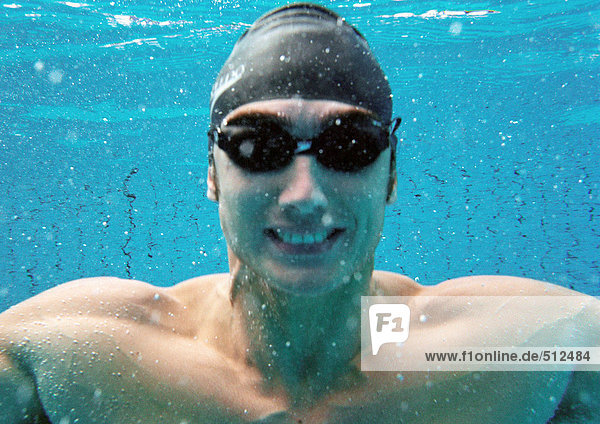Mann lächelt unter Wasser  Unterwasserblick.