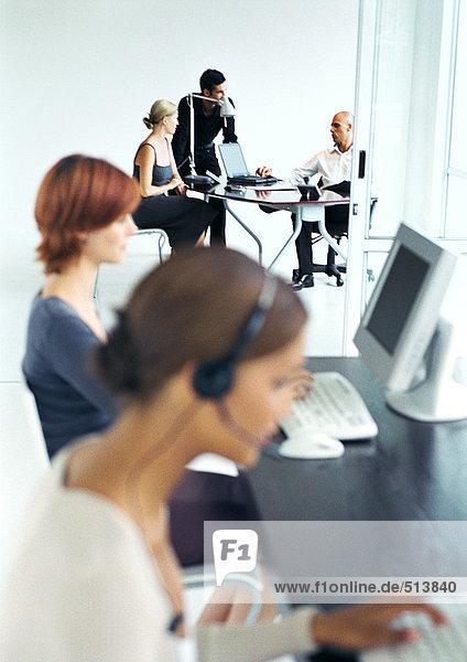 Geschäftsleute im Büro  verschwommener Vordergrund