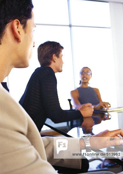 Geschäftsleute am Tisch sitzend  verschwommen