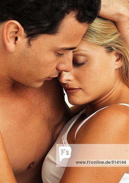 Mann und Frau umarmend  Nahaufnahme