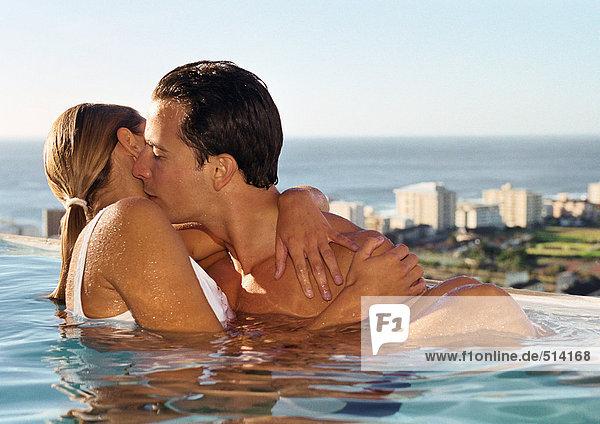 Pärchenküssen im Schwimmbad