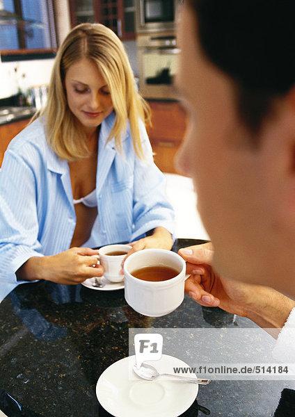 Mann und Frau beim Tee trinken