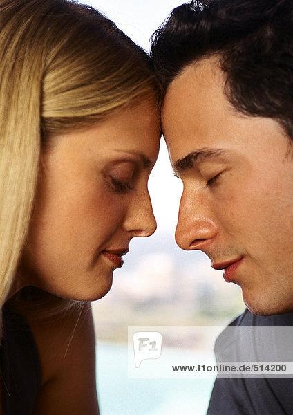 Frau und Mann Stirn an Stirn  Augen geschlossen  Nahaufnahme