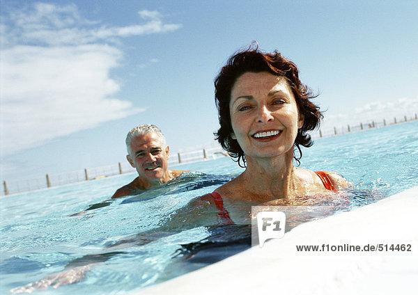 Erwachsener Mann und Frau im Schwimmbad  Portrait