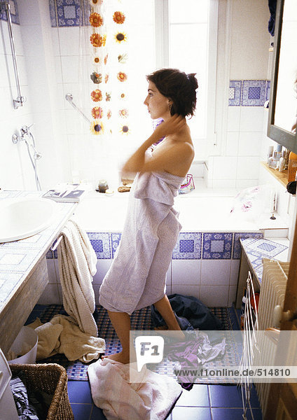 Frau im Bad  in Handtuch gewickelt  Seitenansicht