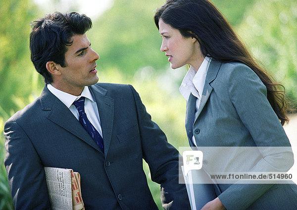 Geschäftsmann und Frau reden im Freien