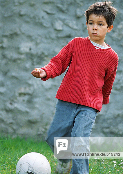 Kind spielt Fußball  volle Länge  Nahaufnahme
