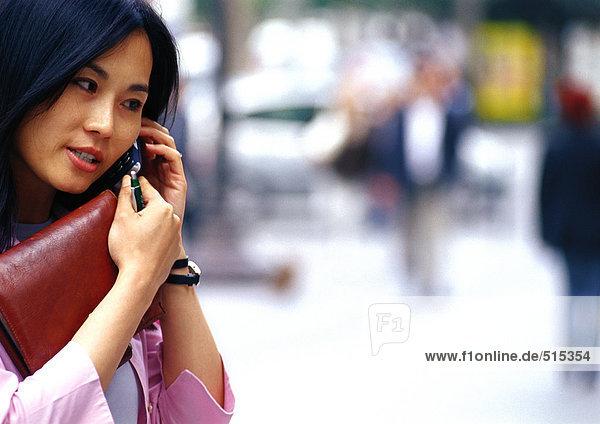 Geschäftsfrau mit Handy  Nahaufnahme