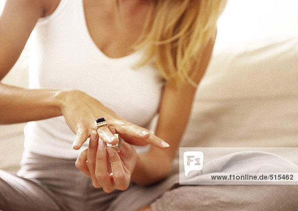Frau mit Ring am Finger  Mittelteil  Nahaufnahme.