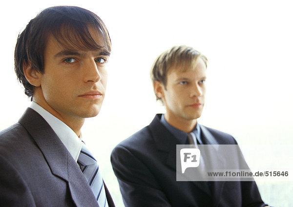 Nebeneinander sitzende Geschäftsleute