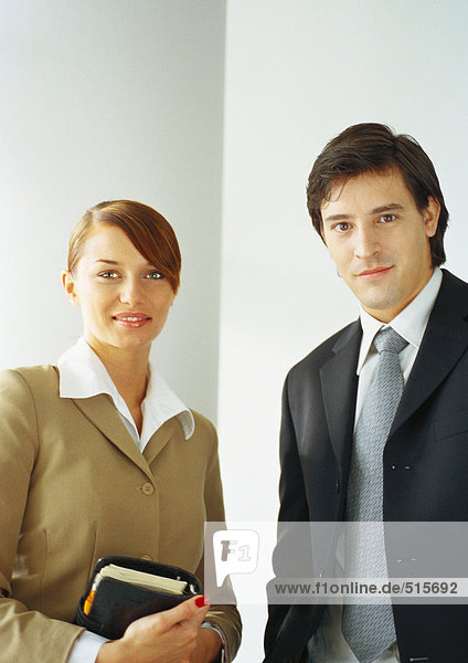 Geschäftsfrau steht neben Geschäftsmann  Taille oben