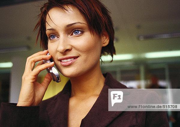 Geschäftsfrau am Handy  Porträt.