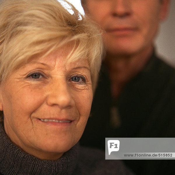 Senior Frau vor Senior Mann  Nahaufnahme  Portrait