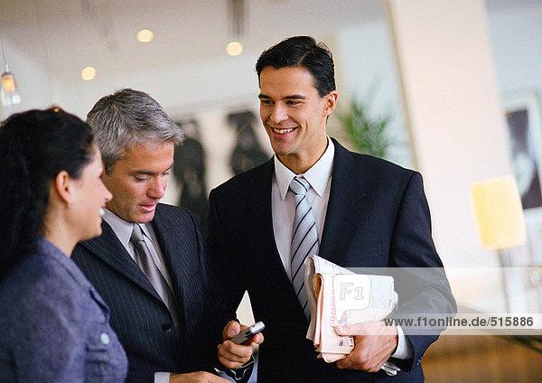 Gruppe von Geschäftsleuten  die miteinander reden  Taille hoch.