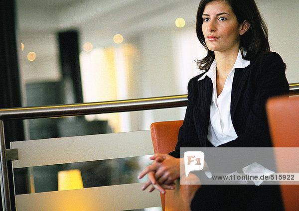 Geschäftsfrau wartet im Foyerbereich