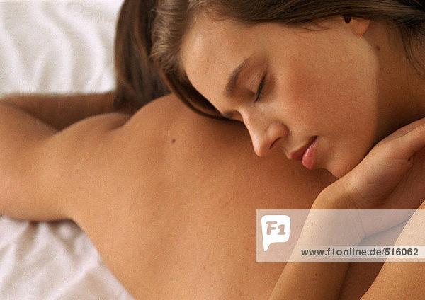 Frau auf dem Rücken des Mannes liegend  Augen geschlossen  Nahaufnahme