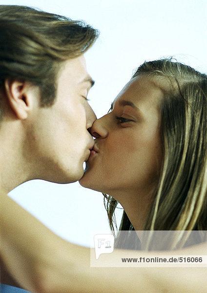Mann und Frau küssen  Seitenansicht  Nahaufnahme