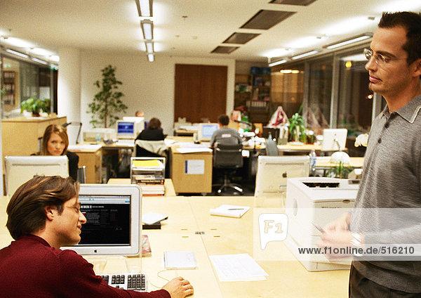 Geschäftsleute  die im Büro arbeiten.
