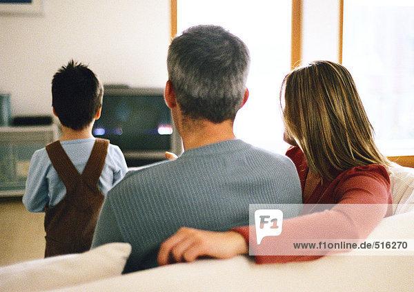 Familie zusammensitzen  fernsehen