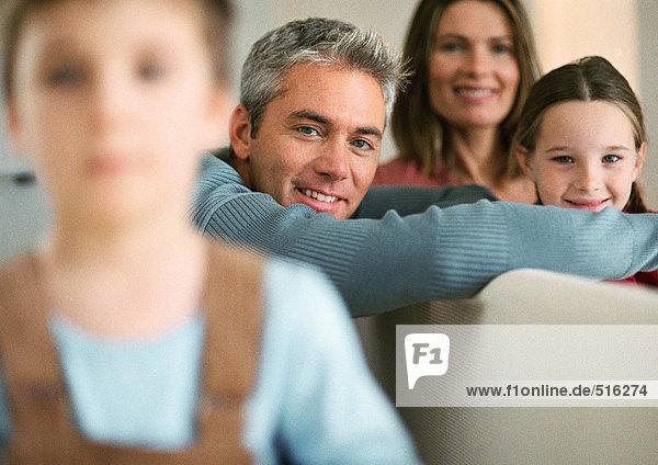 Familie  Junge verschwommen im Vordergrund  Portrait