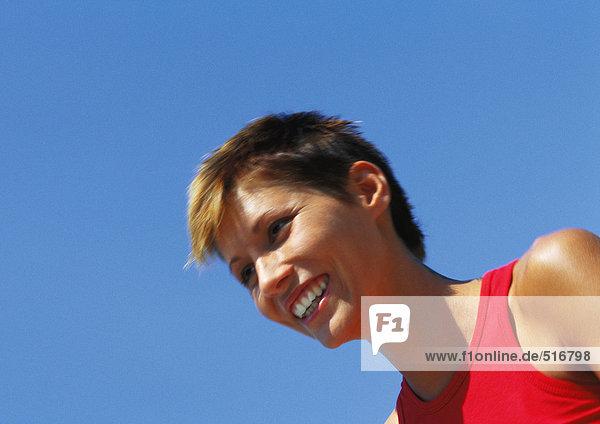 Porträt einer lächelnden Frau  niedriger Blickwinkel