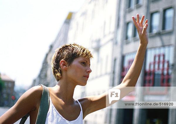Frau mit der Hand nach oben  außen