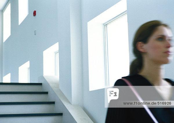 Frau  die die Treppe hinuntergeht  verschwommen