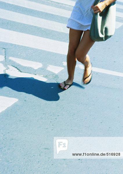 Frau  die die Straße überquert  niedriger Abschnitt