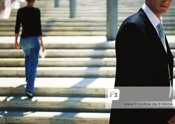 Geschäftsmann vor der Treppe stehend
