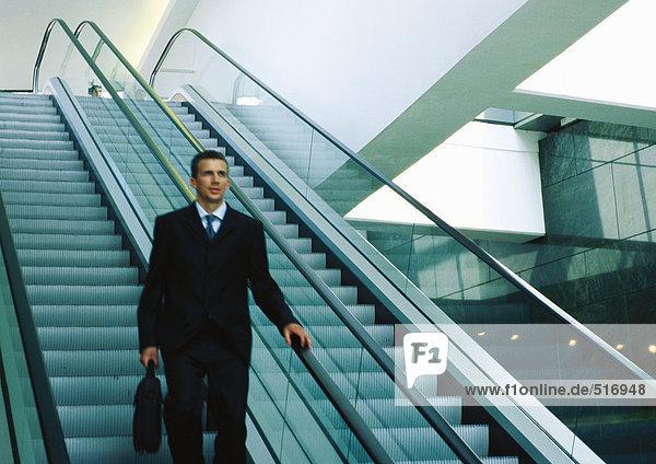 Geschäftsmann auf der Rolltreppe